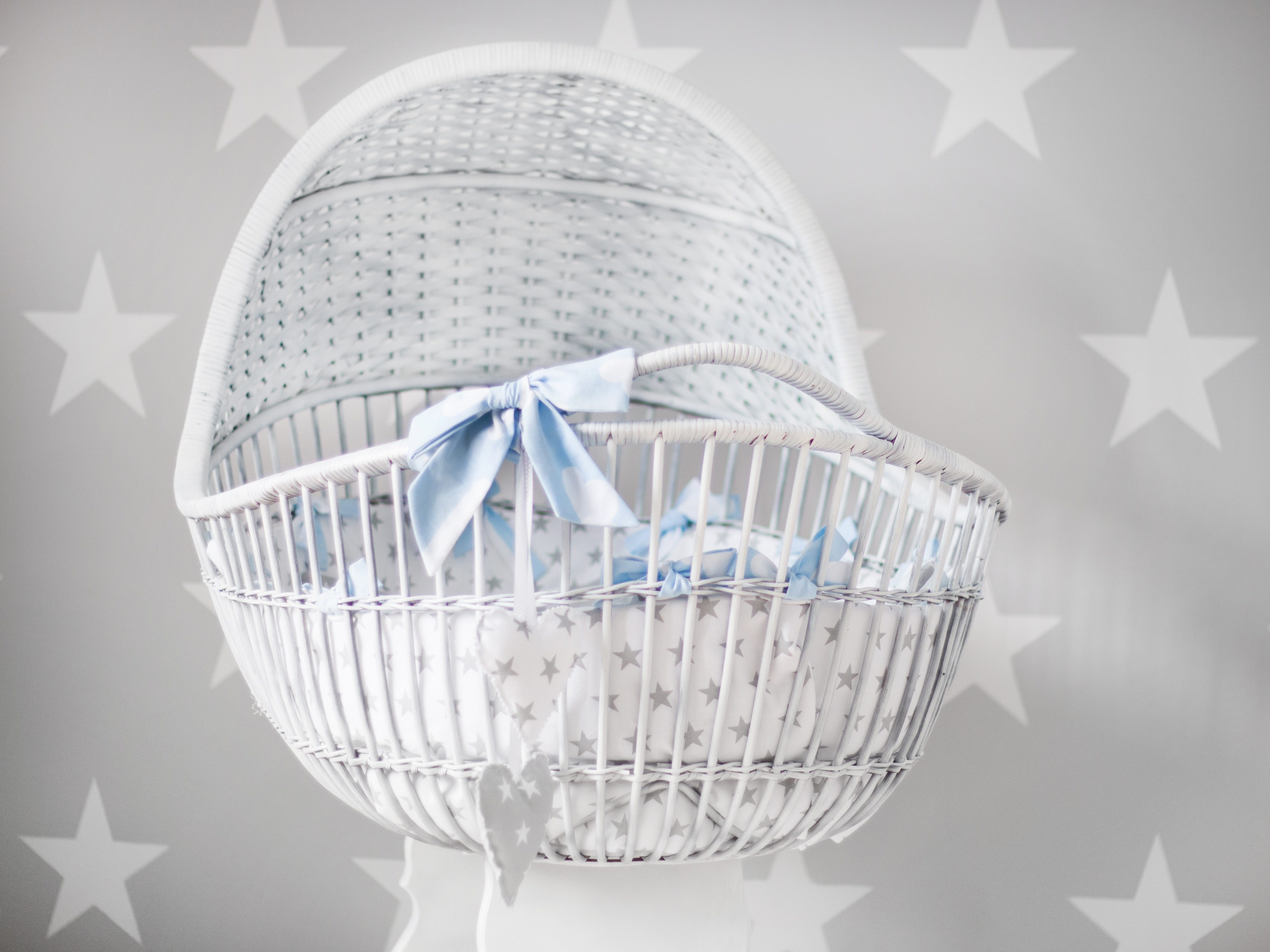 baby-s-white-and-gray-star-printed-bassinet-895508